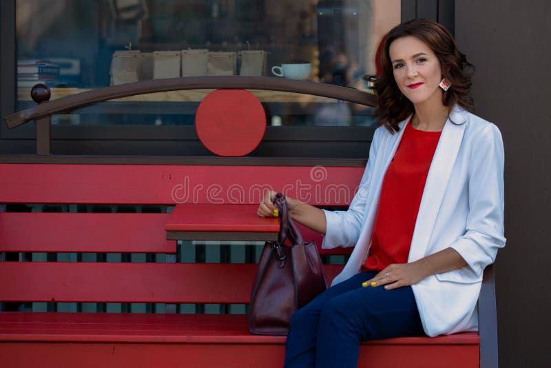 Portret van een mooie modieuze bedrijfsvrouw in openlucht royalty-vrije stock foto