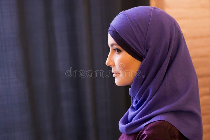 Portret van een mooie Moslimvrouw in profiel, traditioneel behandeld hoofd royalty-vrije stock fotografie