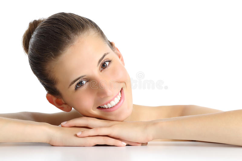 Portret van een mooie natuurlijke vrouw gezichts met een witte perfecte glimlach stock foto