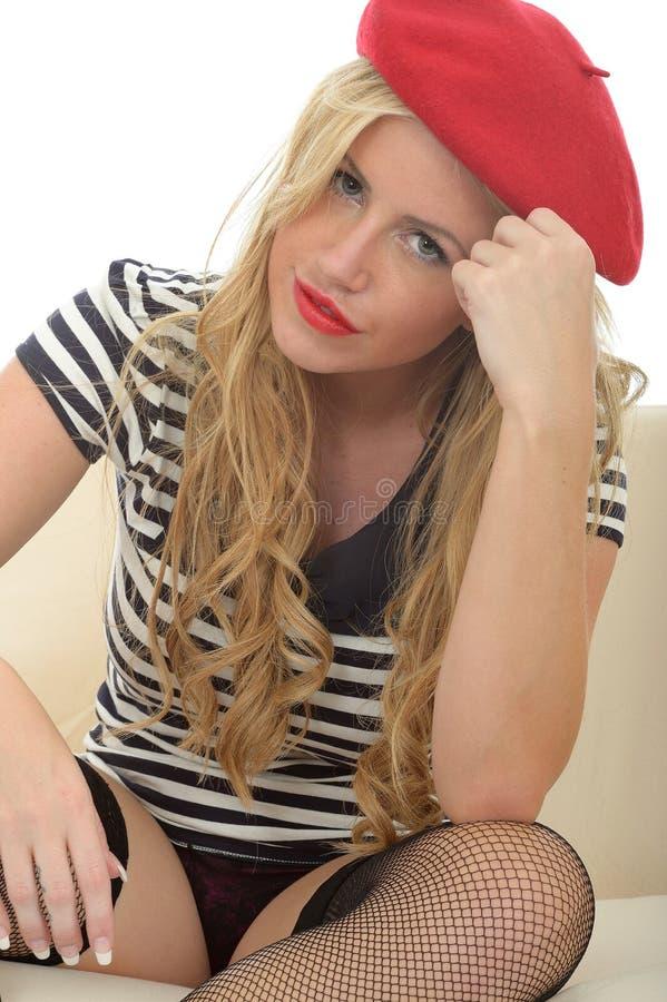 Download Portret Van Een Mooie Ontspannen Leuke Jonge Blonde Franse Vrouw Die Een Rode Baret Dragen Stock Afbeelding - Afbeelding bestaande uit meisje, baret: 54088107
