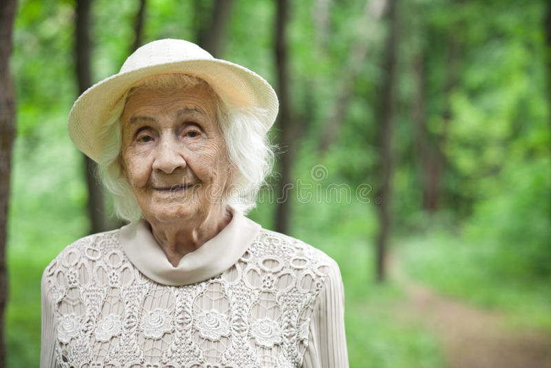 Portret van een mooie oude vrouw die in openlucht glimlachen stock fotografie