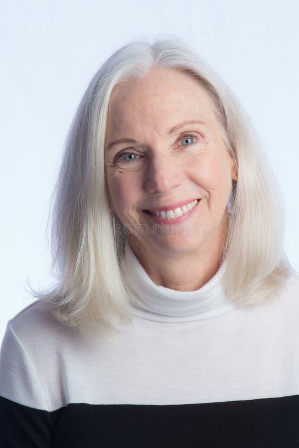 Portret van een Mooie Oudere Vrouw stock afbeelding
