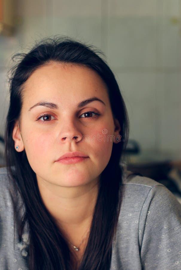 portret van een mooie peinzende vrouw met bruin ogen en haar royalty-vrije stock afbeeldingen