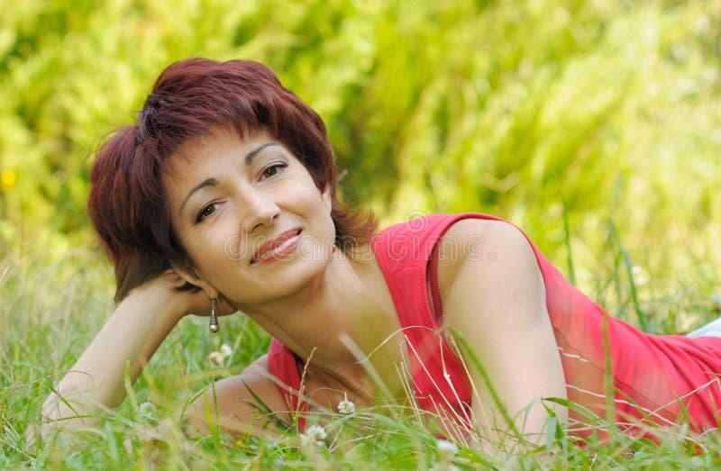 Portret van een mooie rijpe vrouw stock afbeeldingen