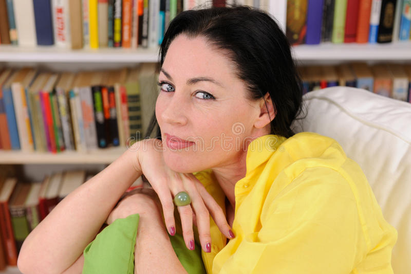 Portret van een mooie rijpe vrouw stock foto