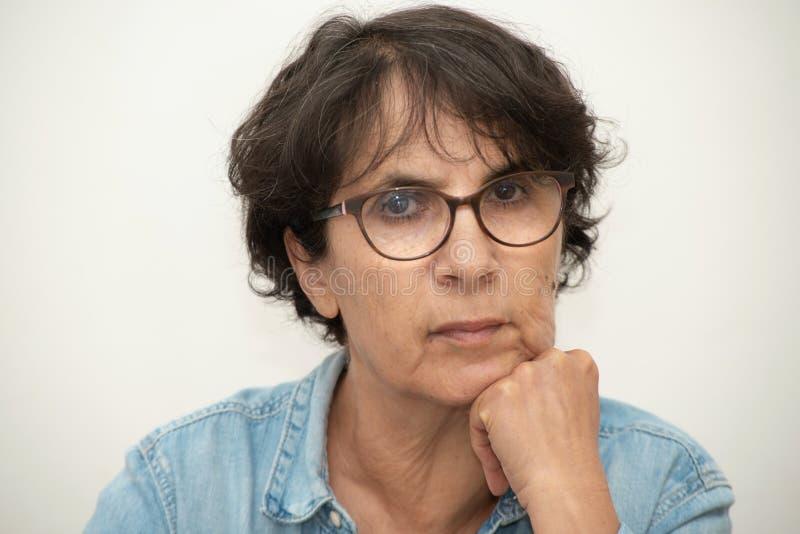 Portret van een mooie rijpe vrouw met oogglazen stock afbeeldingen