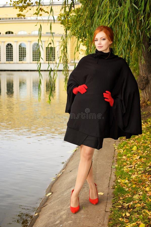 Portret van een mooie roodharige vrouw royalty-vrije stock foto's