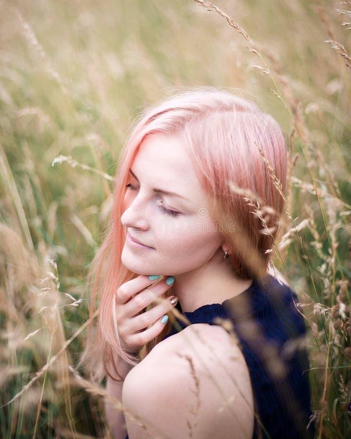 Portret van een mooie roze haarvrouw in openlucht in het park royalty-vrije stock fotografie