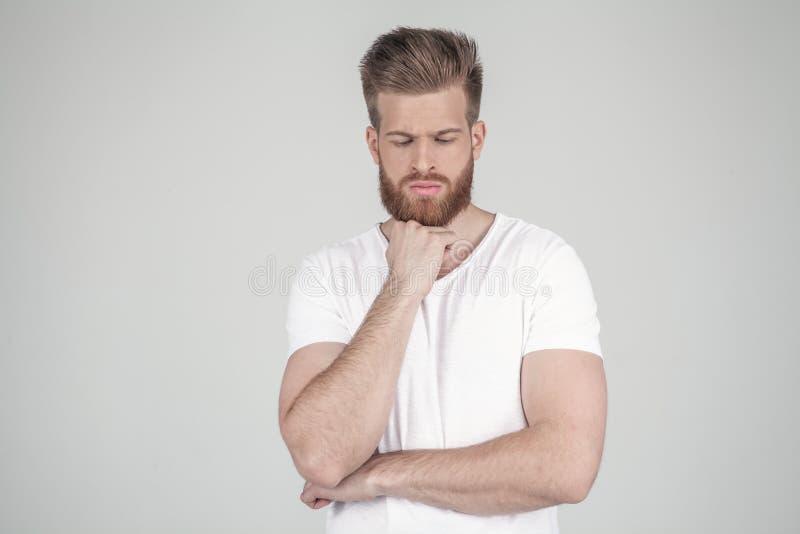 Portret van een mooie sexy hipster gekleed in een witte T-shirt Opgevat houdt zijn hand bij de kin r stock afbeelding