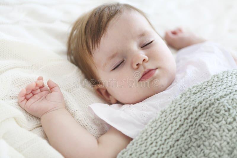 Portret van een mooie slaapbaby op wit royalty-vrije stock afbeelding