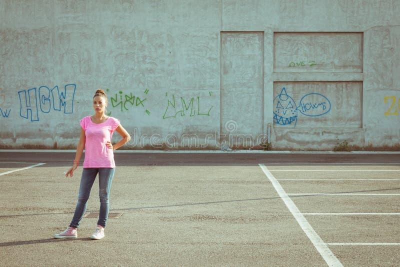Portret van een mooie status in parkeerterrein royalty-vrije stock foto