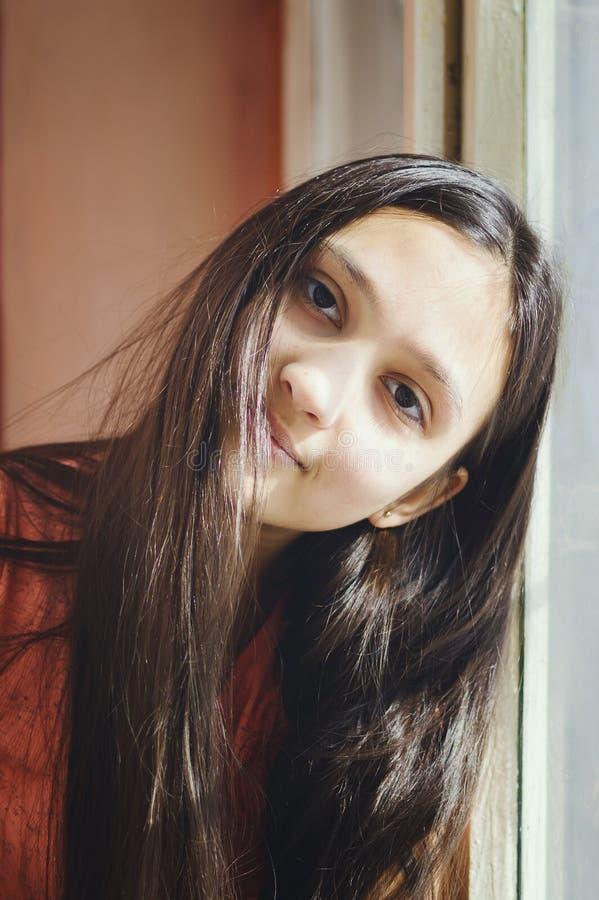 Portret van een mooie tiener met lang haar Levensstijlstijl royalty-vrije stock afbeelding