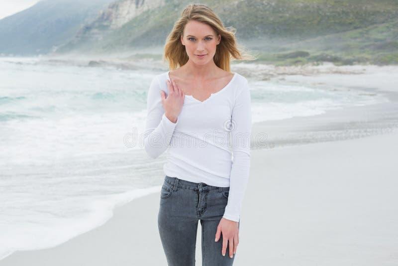 Portret van een mooie toevallige vrouw bij strand stock foto