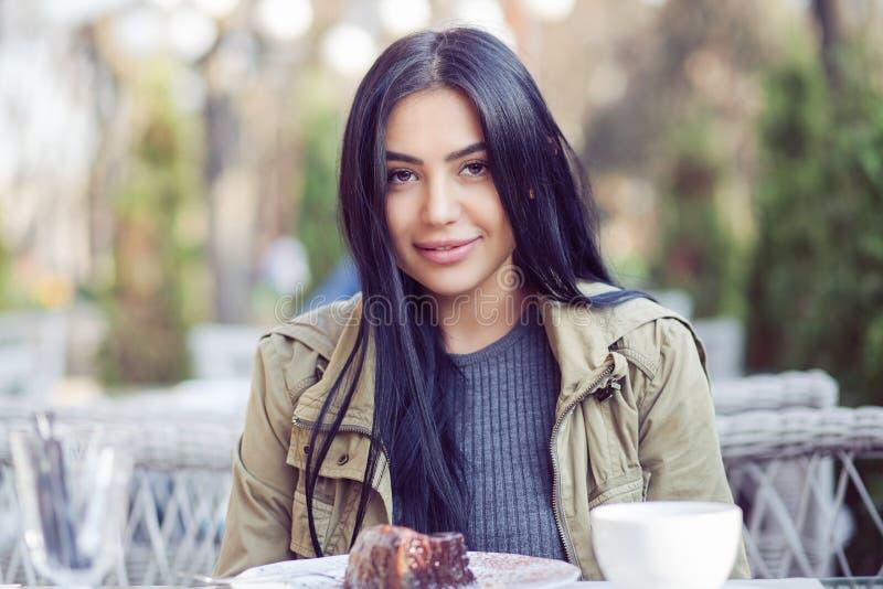 Portret van een mooie vrouw die in openlucht glimlachen stock afbeelding