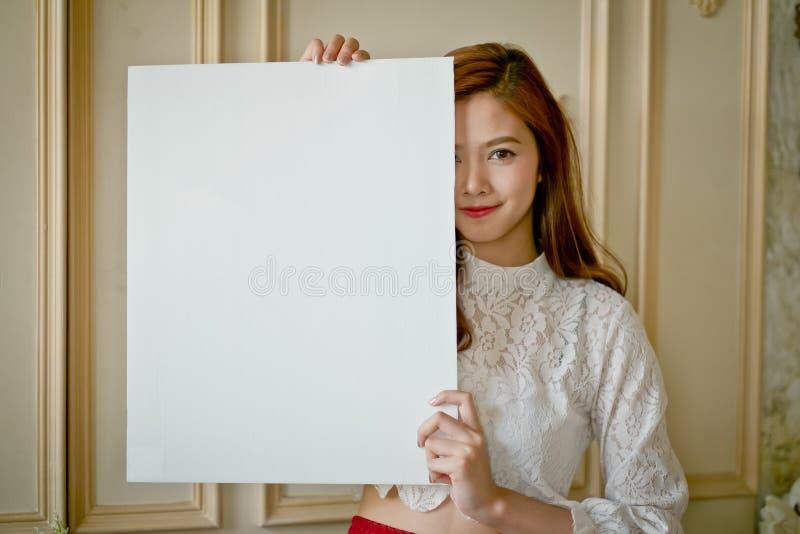 Portret van een Mooie vrouw die van Azië een lege raad houden royalty-vrije stock afbeeldingen