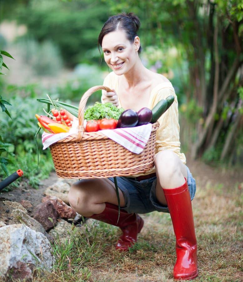 Portret van een mooie vrouw in een tuin royalty-vrije stock afbeelding