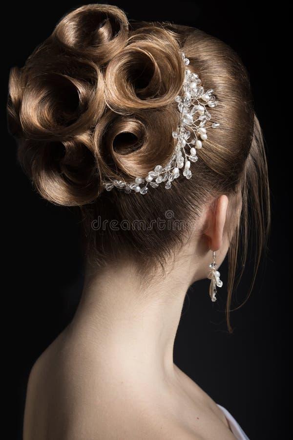 Portret van een mooie vrouw in het beeld van de bruid Het Gezicht van de schoonheid Kapsel achtermening royalty-vrije stock afbeelding