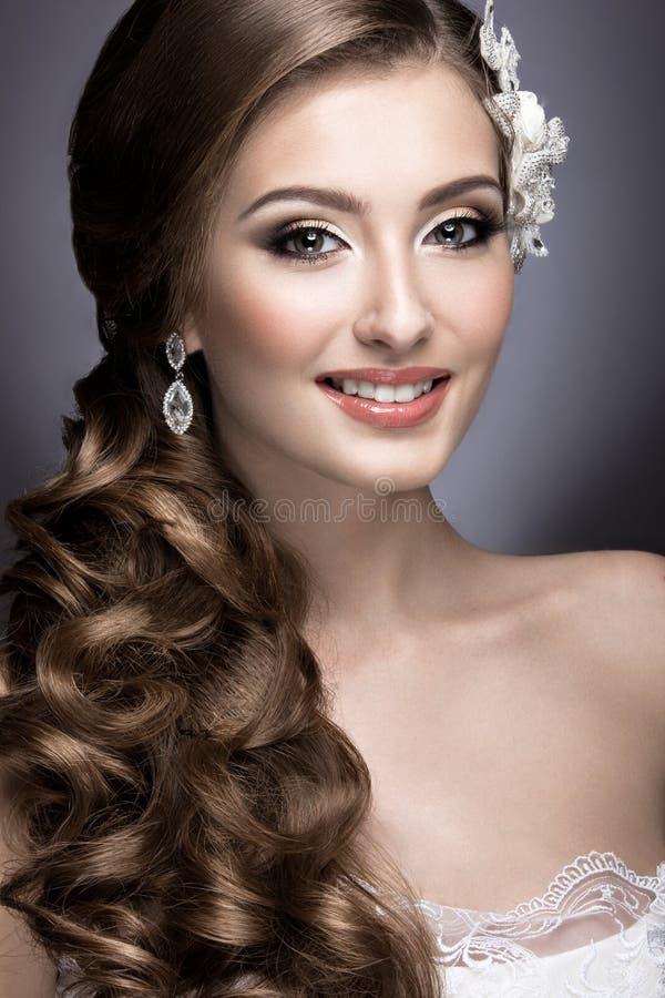 Portret van een mooie vrouw in het beeld van de bruid met bloemen in haar haar stock fotografie