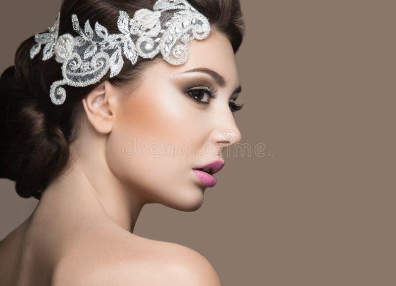 Portret van een mooie vrouw in het beeld van de bruid met kant in haar haar Het Gezicht van de schoonheid stock foto