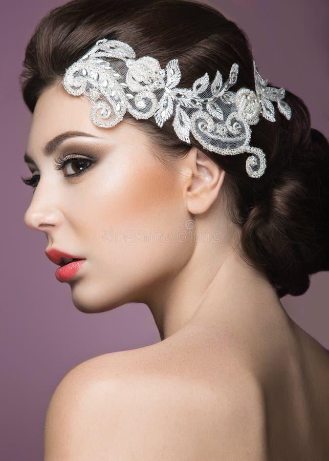 Portret van een mooie vrouw in het beeld van de bruid met kant in haar haar Het Gezicht van de schoonheid stock fotografie