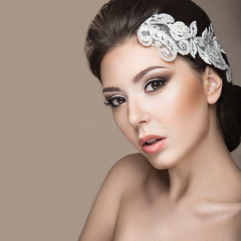 Portret van een mooie vrouw in het beeld van de bruid met kant in haar haar Het Gezicht van de schoonheid stock foto's