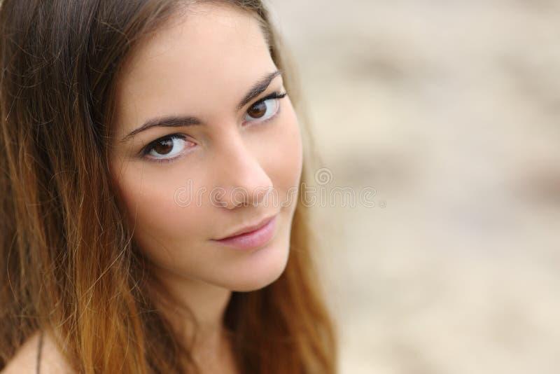 Portret van een mooie vrouw met grote ogen en vlotte huid stock foto's