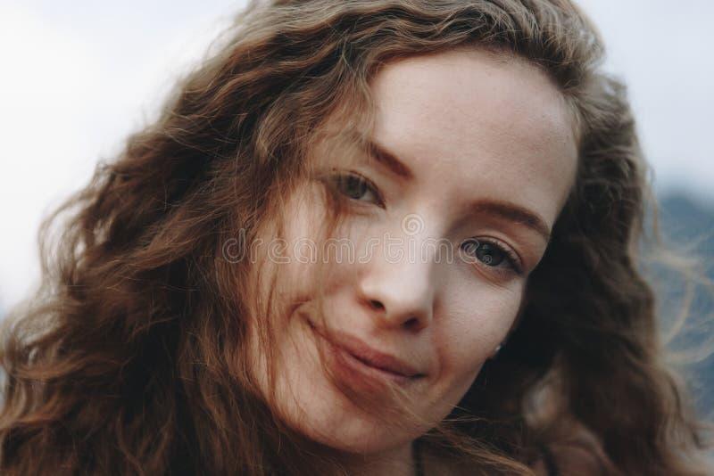Portret van een mooie vrouw met krullend haar stock afbeeldingen