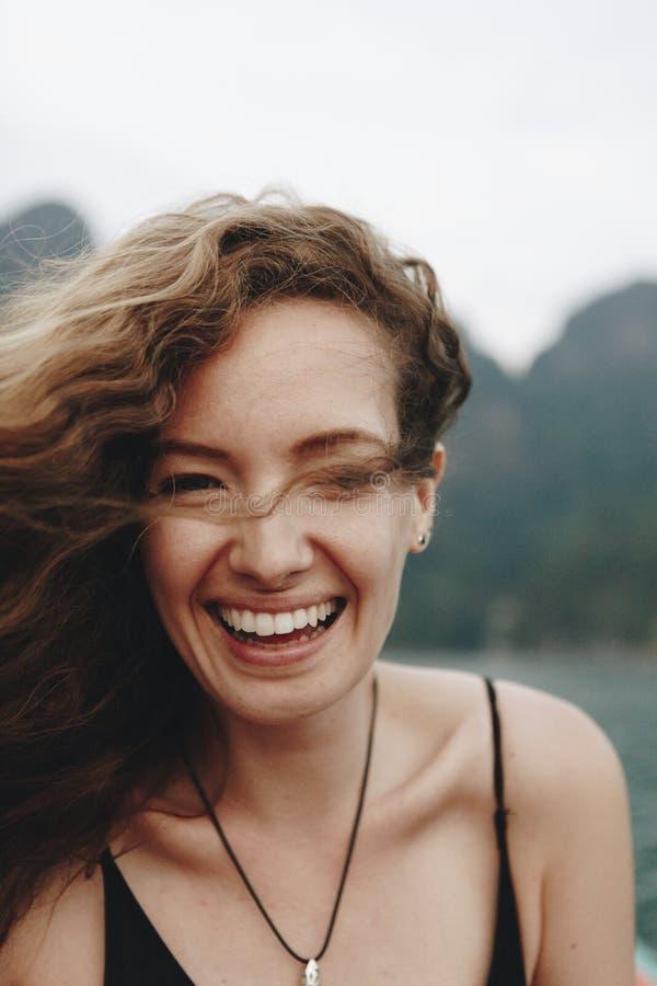 Portret van een mooie vrouw met krullend haar stock fotografie