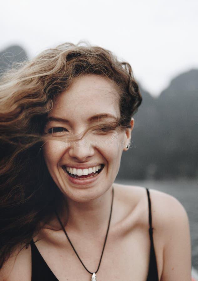 Portret van een mooie vrouw met krullend haar stock foto's