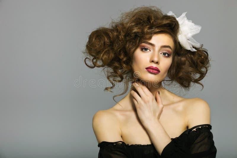 Portret van een mooie vrouw met lange bruine haar en make-up stock afbeeldingen