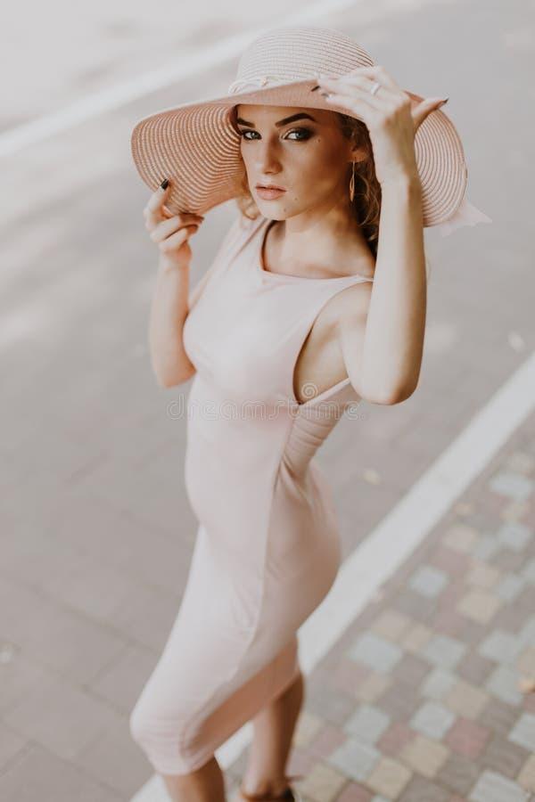 Portret van een mooie vrouw in een strohoed Jonge volwassenen stock afbeelding
