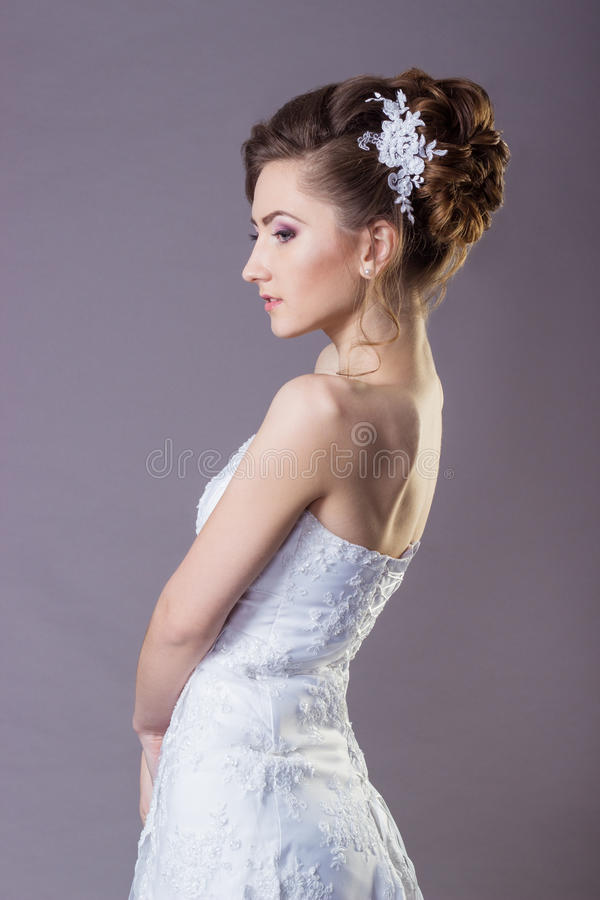 Portret van een mooie zachte en elegante bruid van meisjesvrouwen in een witte kleding met een mooie kapsel en een make-up royalty-vrije stock fotografie