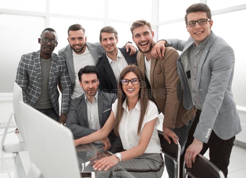 Portret van een multinationaal commercieel team in een modern bureau royalty-vrije stock foto's