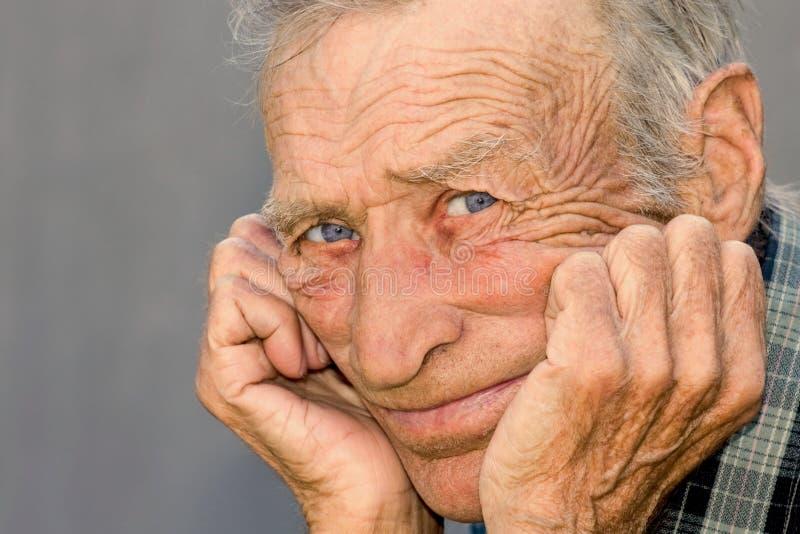 Portret van een nadenkend bejaarde stock afbeeldingen
