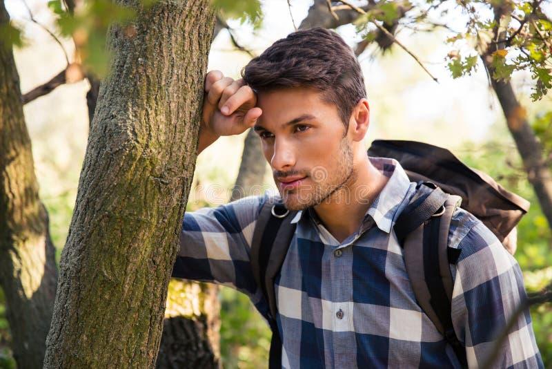 Portret van een nadenkende mannelijke wandelaar stock afbeeldingen