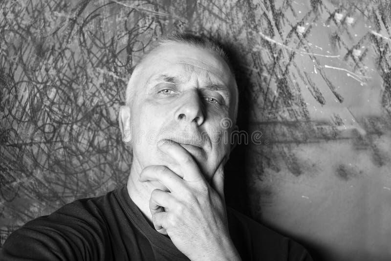 Portret van een nadenkende mens stock fotografie