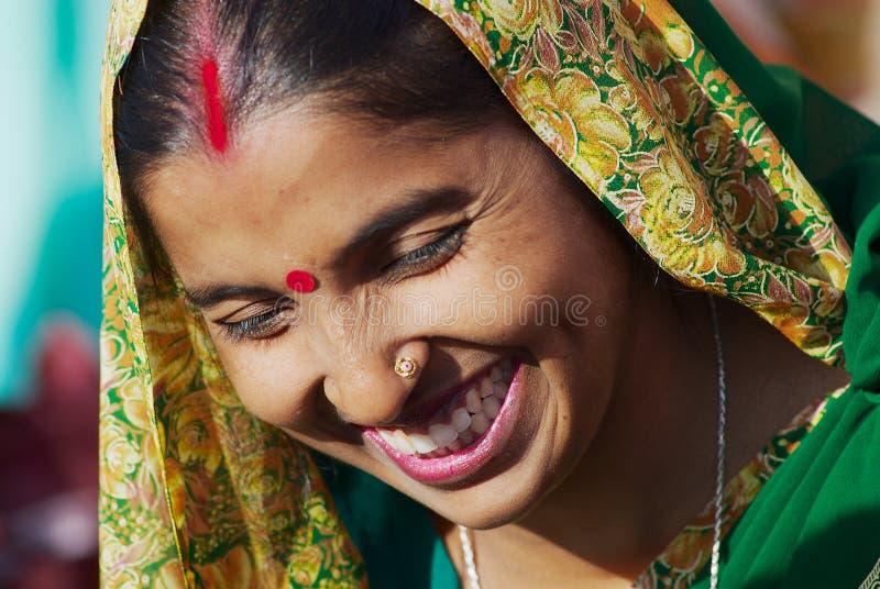 Portret van een niet geïdentificeerde dame die met traditionele samenstelling een sjaal dragen bij de straat van Varanasi, India stock foto