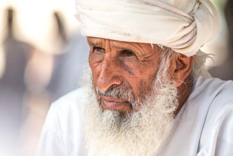Portret van een Omani mens in een traditionele Omani kleding Nizwa, Oman - 15/OCT/2016 royalty-vrije stock afbeeldingen