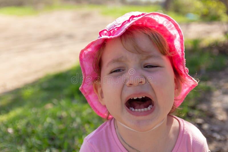 Portret van een ongelukkig kind Babyschreeuwen royalty-vrije stock afbeeldingen