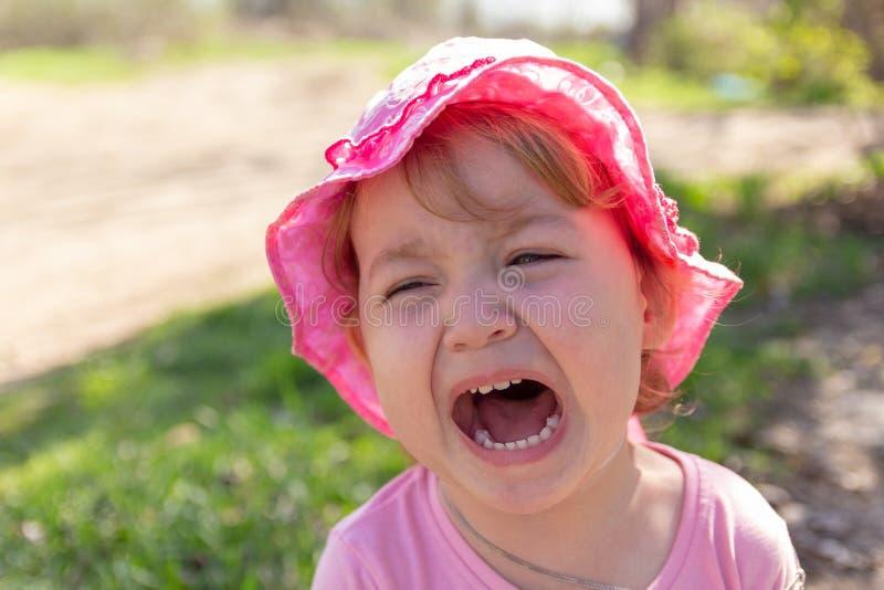 Portret van een ongelukkig kind Babyschreeuwen stock fotografie