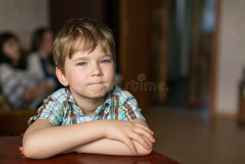 Portret van een oude jongen van vijf jaar gelukkig stock afbeelding