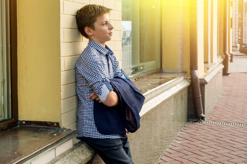 Portret van een oude jongenstiener 13-14 jaar stock foto's