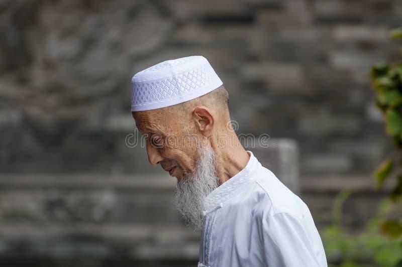 Portret van een oude mens die voor een taqiyah oppassen in Xian Great Mosque in de stad van Xian in China stock foto's