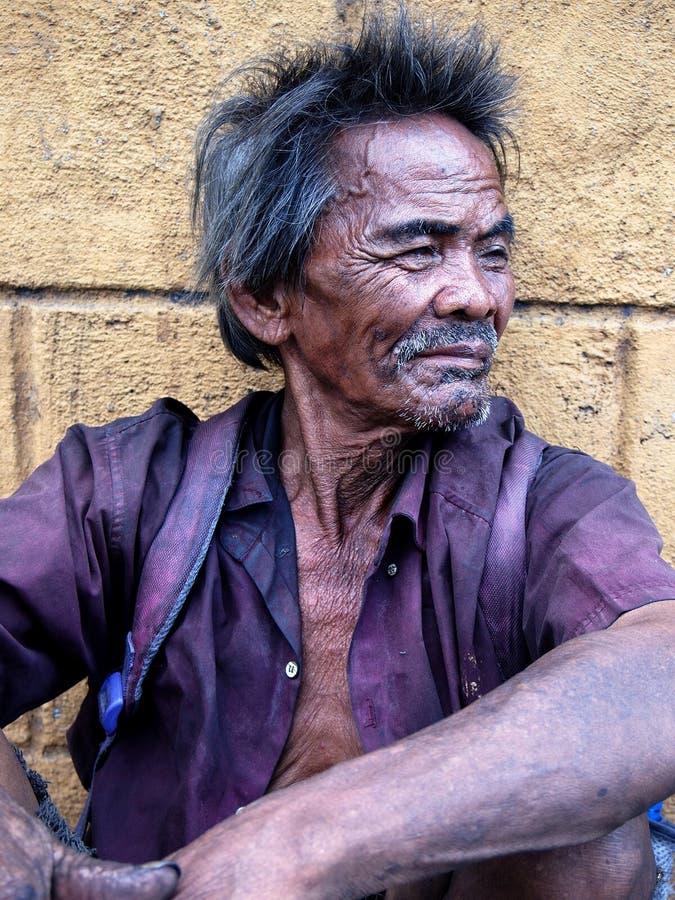 Portret van een oude mens met grijze baard en snor en rimpels op zijn gezicht stock foto