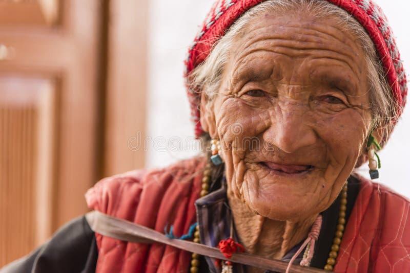 Portret van een oude Tibetaanse vrouw royalty-vrije stock afbeelding