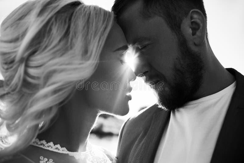 Portret van een paar in liefdeclose-up op een mooie Zonnige dag bij zonsondergang Liefdeemoties en omhelzingen in de zon Blondevr royalty-vrije stock foto's