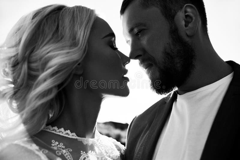 Portret van een paar in liefdeclose-up op een mooie Zonnige dag bij zonsondergang Liefdeemoties en omhelzingen in de zon Blondevr stock fotografie