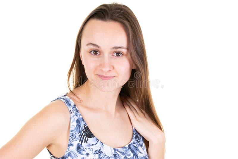 Portret van een peinzende jonge vrouw gekleed in de zomerkleding royalty-vrije stock fotografie