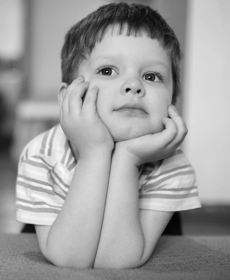 Portret van een peinzende kleine jongen royalty-vrije stock foto