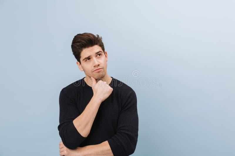 Portret van een peinzende knappe jonge mens status royalty-vrije stock foto